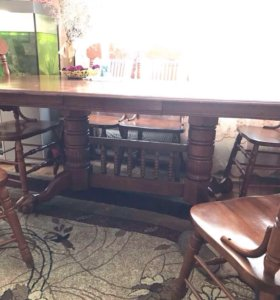 Стол вместе со стульями