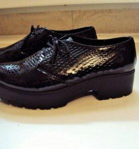 Кожаные лаковые туфли