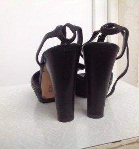 Босоножки на каблуке Lerre