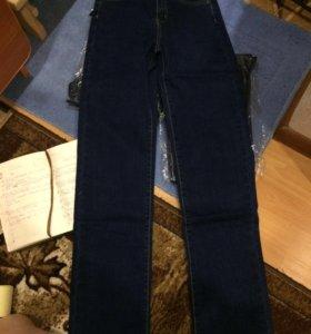 Новые джинсы 27размера.синего  цвета.