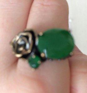 Кольцо с изумрудом.