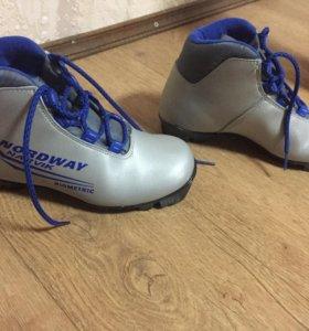 Лыжи с креплениями и ботинками