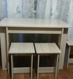 Кухонный стол и четыре стула