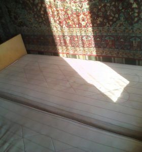 Кровати с матрасами,ковер