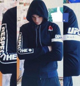 Спортивный костюм брендовой фирмы Reebok
