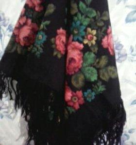 Большой платок с кистями, яркий, красивый.