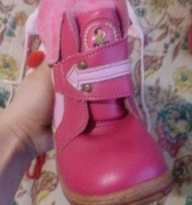 Три шапочки+ розовые новые ботиночки)