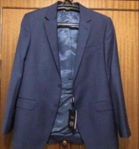 Строгий синий пиджак.