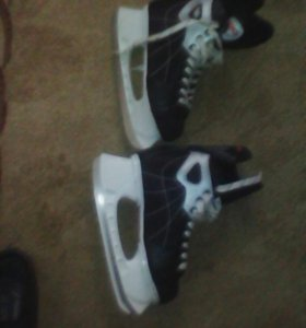 Хоккейные коньки-новые