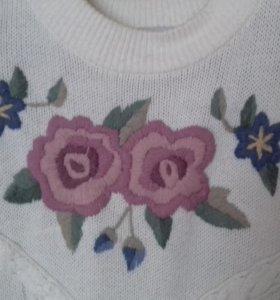 Белый свитер с красивой вышивкой