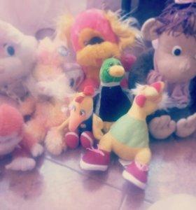 Много детских плюшевых игрушек