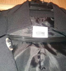 Плащ - пальто Moschino.