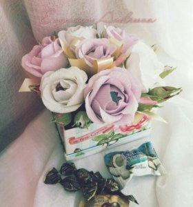 Коробочка с розами из конфет