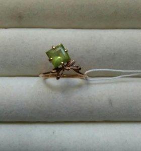 Золотое кольцо с хризолитом.