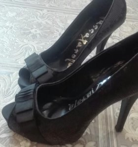 Туфли оформлены поетками