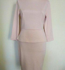Платье нежно розовое.