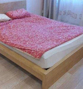Кровать двухспальняя Ikea светлого цвета