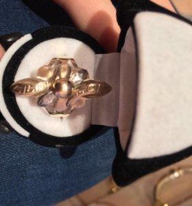 Кольцо золотое с двумя бриллиантовыми камушками