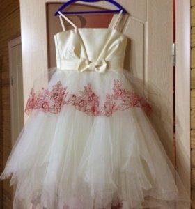 Платье , в комплекте перчатки и кринолин.