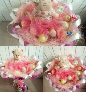 Букеты из шоколадных яиц и мягких игрушек и чупсов