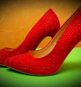 Красные туфельки в стразах