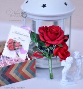 Брошь-бутоньерка с красными розами