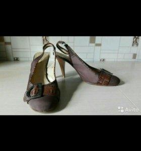 Босоножки на каблуке с открытой пяткой.