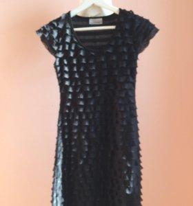 Чёрное мини-платье с рюшами