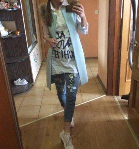 Жилетка с мехом, рубашка, джинсы
