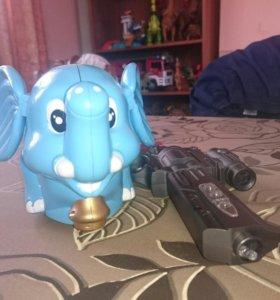 Слоник с пистолетом