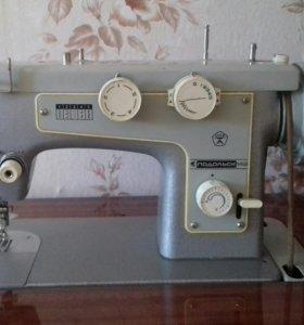 Швейная машинка Подольск 142 с ножным приводом