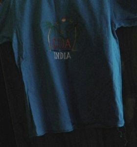 футболки синего цвета и красного цвета от одной м