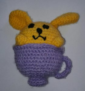 Игрушка из пряжи: заяц в чашке