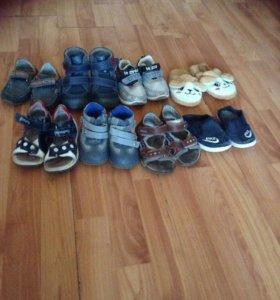 Тропочки и ботинки каждая пара по 150 р