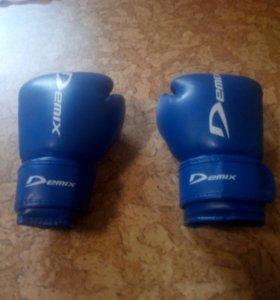 Продам боксёрские перчатки .Demix