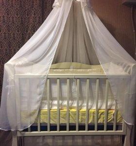 Детская кроватка с комплектом белья и балдахином