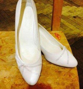 Туфли свадебные или просто нарядные белые туфли.