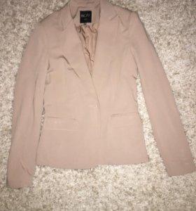 Стильный пиджак бежевого цвета