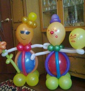 Клоуны из шаров,букеты из тюльпанов и ромашек.
