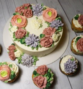 Торт с цветами и капкейки
