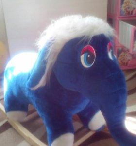 Слон,ждет своего маленького хозяина.