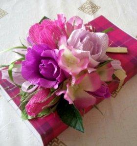Оформление подарка сладким букетом