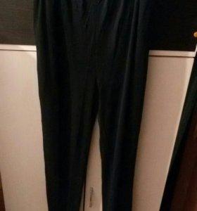 Тонкие брюки.