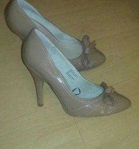 Изящные лаковые туфельки