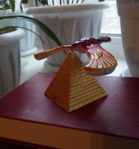 Забавная птичка на пирамидке