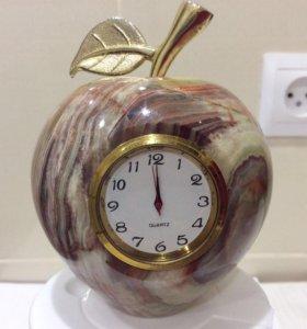 "Сувенир""яблоко""из оникса с часами."