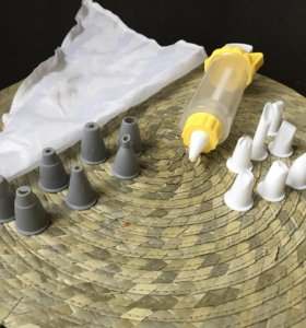 Шприц и мешок с насадками для крема