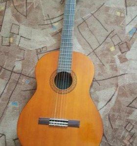 Продам классическую 6-ти струнную гитару YAMAHA .