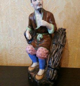 Статуэтка Мудрец с трубкой и хворостом фарфор