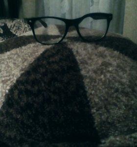 Очки,линзы просто стекла. Одевала 1-3раза.